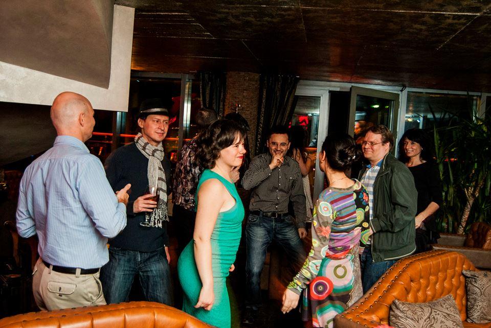 InterNations Singles танци в пиано бар
